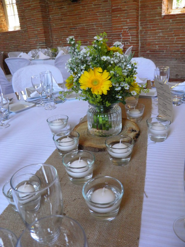 Décoration de table blanc et jaune